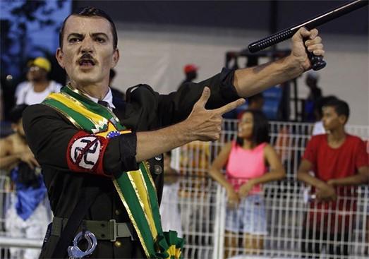 Fantasia de Hitler em escola de samba gera revolta