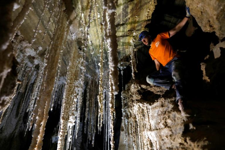 Exploradores israelenses apresentam a maior caverna de sal do mundo