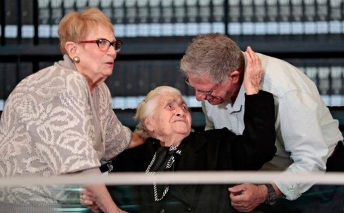Grega-se-reune-com-familia-que-ajudou-a-proteger-do-nazismo-