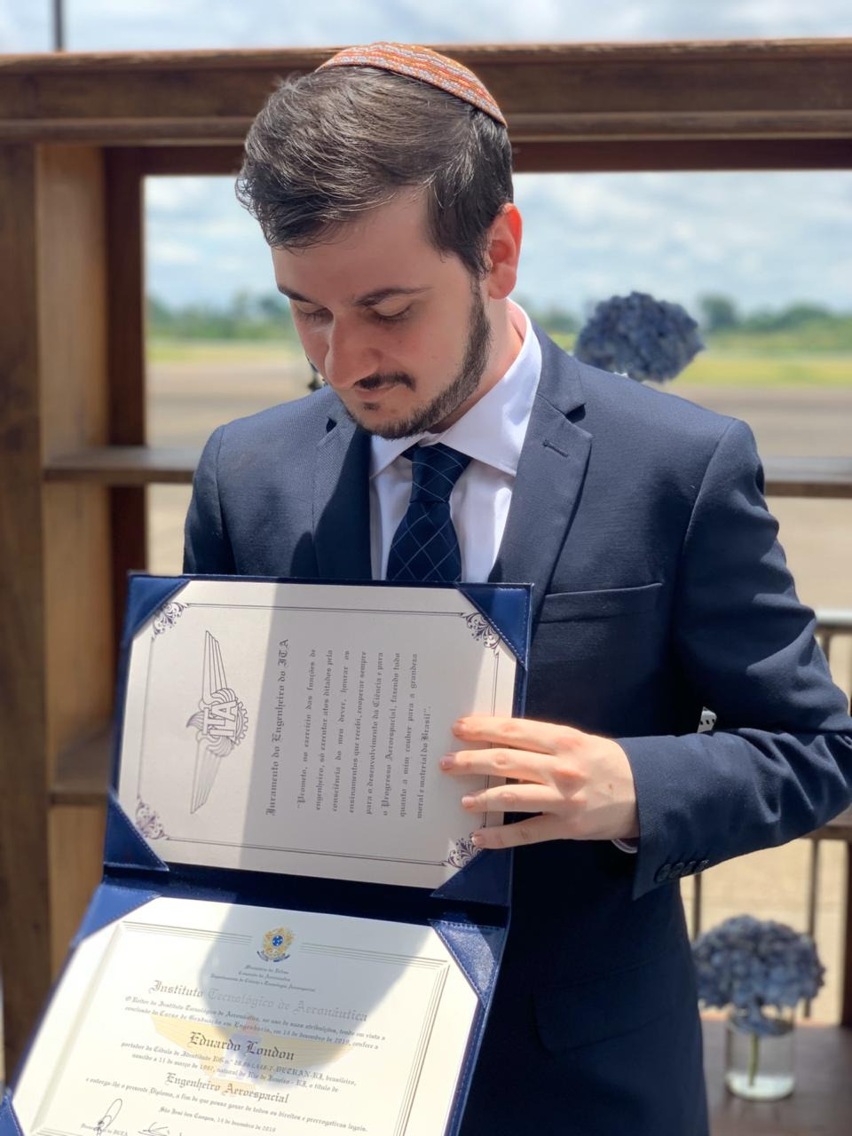 Eduardo London recebeu seu diploma de engenheiro aeroespacial do ITA