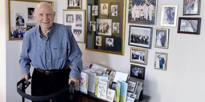 Coronavírus sobrevivente do Holocausto canta para a família em seu aniversário de 102 anos