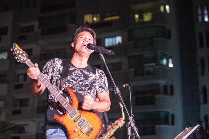 Músico Alex Cohen leva canções românticas a condomínios do RJ