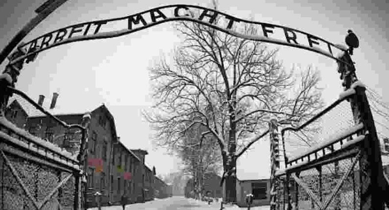 Objetos escondidos por prisioneiros em Auschwitz são descobertos